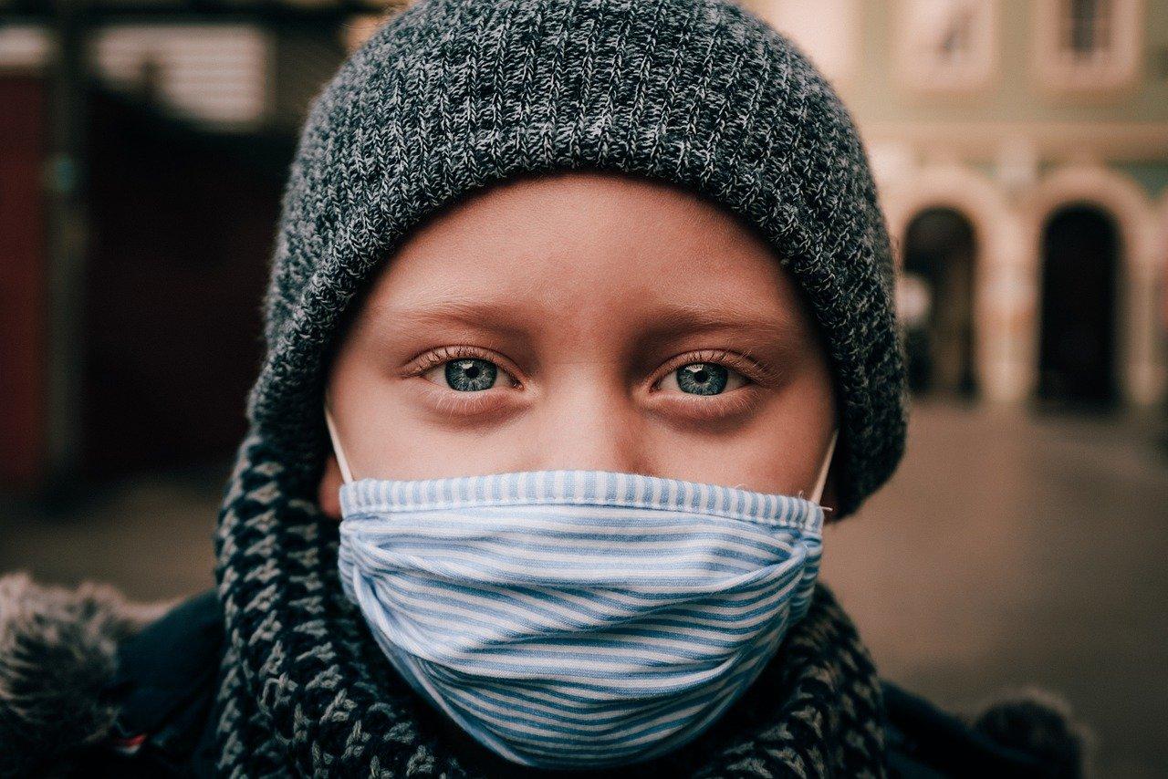 Rapariga a usar uma máscara em tempos de pandemia por Covid-19.